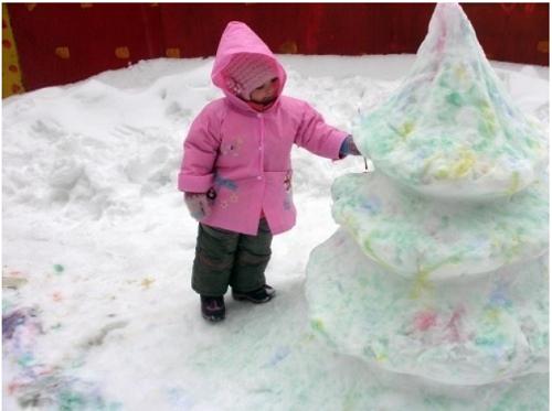 елка из покрашенного снега
