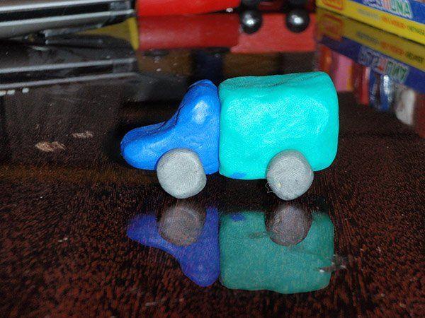 Простой пластилиновый грузовик